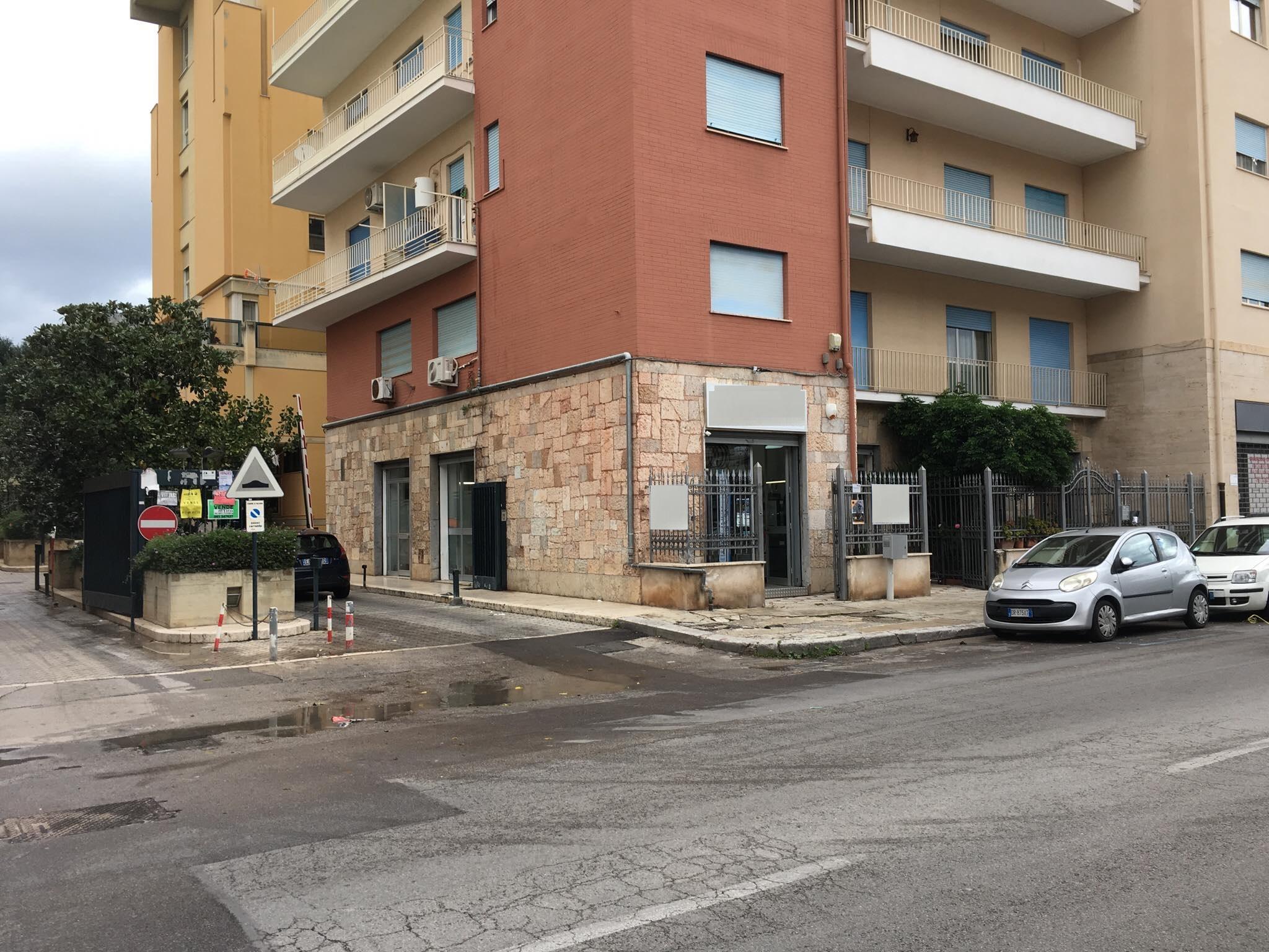 Locale commerciale (C/1) in Via Imperatore Federico.