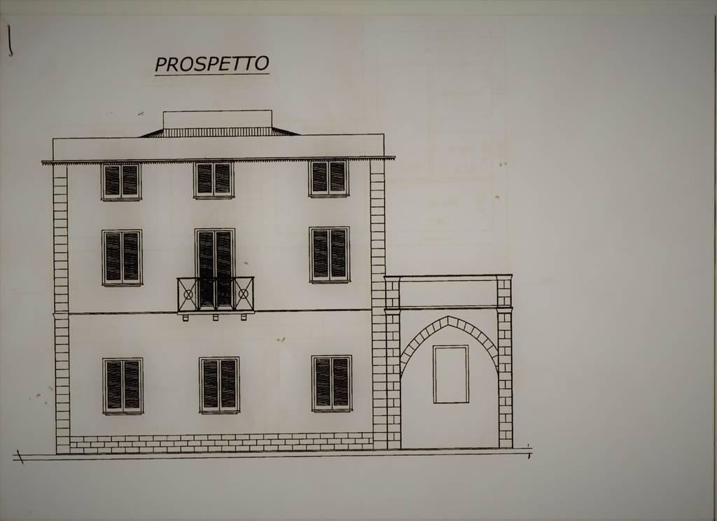 Villa storica su tre livelli con giardino privato di 2000 mq. in Via Mongiolisi